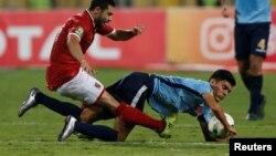 Ahmed Fathy d'Al-Ahly et Achraf Bencharki du Wydad de Casablanca lors de la finale de la Ligue des champions d'Afrique, à Alexandrie, Egypte,le 28 octobre 2017.
