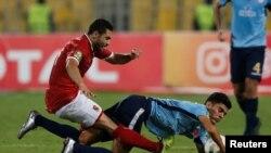 Ahmed Fathy d'Al-Ahly d'Egypte, à gauche, en duel avec Achraf Bencharki de Wydad du Maroc lors de la finale aller, 1 à 1, de la Ligue des champions d'Afrique, à Alexandrie, Egypte, 28 octobre 2017.