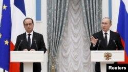 Tổng thống Nga Vladimir Putin và Tổng thống Pháp Francois Hollande tham dự cuộc họp báo sau cuộc họp tại điện Kremlin, Moscow, ngày 26/11/2015.