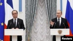 نشست خبری ولادیمیر پوتین رئیس جمهوری روسیه (راست) و فرانسوا اولاند رئیس جمهوری فرانسه در کاخ کرملین در مسکو - ۵ آذر ۱۳۹۴