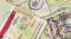 La foto de archivo muestra un sello de visa en un pasaportes extranjeros.