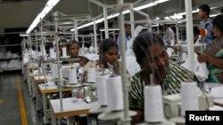 بھارتی شہر تیروپور میں قائم ایک گارمنٹ فیکٹری۔ اس شہر کی زیادہ تر مصنوعات امریکہ برآمد کر دی جاتی ہیں، جس کی وجہ سے اسے 'ڈالر سٹی' کہا جاتا ہے۔ فائل فوٹو