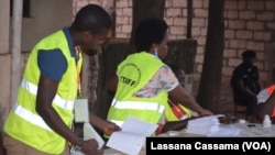 Le dépouillement des bulletins de vote a commencé aussitôt les bureaux de votes fermés, à 17H00 (GMT et locales).