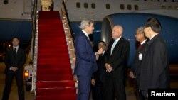 2016年1月24日美国驻老挝克卢恩欢迎美国国务卿约翰·克里(右)抵达老挝首都万象