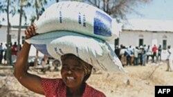 Phụ nữ vui mừng sau khi nhận được lương thực ở Zimbabwe