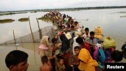 Người tị nạn Rohingya chờ tàu đưa qua kênh sau khi vượt biên giới qua sông Naf ở Teknaf, Bangladesh, ngày 7/9/2017. Ảnh REUTERS/Mohammad Ponir Hossain.