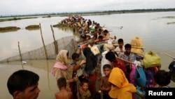 هزاران پناهجوی مسلمان روهینگیا به بنگلادش گریخته اند.