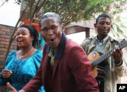 A guest singer (front) joins vocalist Bertha Matthews (back, left) and guitarist Sipho Dube for a performance in a Soweto street