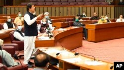 """عمران خان دیروز اسامه بن لادن را در پارلمان آن کشور """"شهید"""" عنوان کرد"""