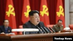 김정은 북한 국방위원회 제1위원장이 지난 18일 노동당 중앙위원회 정치국 확대회의를 열어 '주민생활 향상'을 가장 중요한 국가적 목표로 내세우며 당의 역량을 이에 집중할 것을 독려했다고 조선중앙통신이 19일 보도했다.