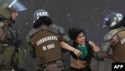 智利防暴警察拘捕一名示威者。(2019年10月24日)