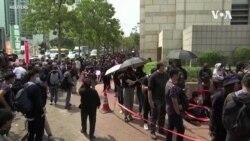 泛民主派支持者在西九龙法庭外集会