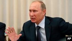 Presiden Vladimir Putin mengakui pemerintah Rusia harus memperbaiki UU kontroversial untuk mengekang LSM (14/6).