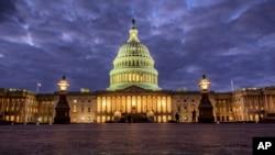 华盛顿入夜时分,国会大厦华灯初上(资料照)