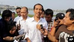 Indonežanski predsednički kandidat Džoko Vidodo razgovara sa novinarima u Džakarti, 22. jula 2014.