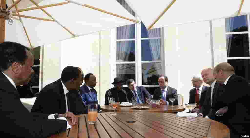پیرس میں پانچ ملکوں کے سربراہان مملکت کے ہونے والے اجلاس میں اس شدت پسند گروپ سے نمٹنے کی حکمت عملی پر بھی غور کیا گیا۔