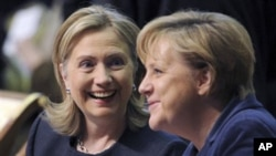 US Secretary of State Hillary Clinton, left, talks with German Chancellor Angela Merkel at the start of the OSCE Summit at the Palace of Independence in Astana, Kazakhstan, 01 Dec 2010
