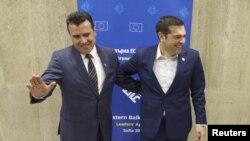 آلکسیس سیپراس نخست وزیر یونان (راست) و زوران زائف نخست وزیر مقدونیه - آرشیو