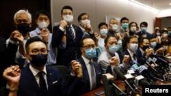在四位民主派议员被取消议员资格后,香港立法会泛民主派议员宣布集体辞职。(2020年11月11日)