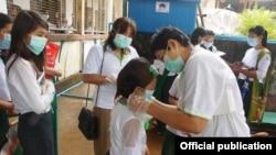 Phát khẩu trang y tế ở Myanmar