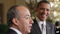 صدر اوباما اور میکسیکو کے صدر کالڈرون اخباری کانفرنس سے خطاب کرتے ہوئے