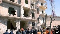敘利亞官方新聞機構公佈的照片顯示,救援人員3月18日正在檢查爆炸現場