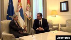 Evropski komesar za proširenje Johanes Han u razgovoru sa predsednikom Srbije Aleksandrom Vučićem u Beogradu, 2. jula 2018.