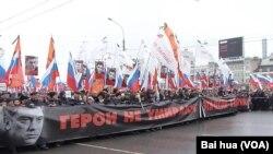 3月1日莫斯科悼念涅姆佐夫大遊行(美國之音白樺拍攝)
