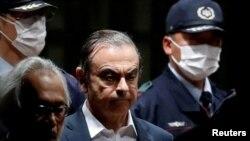 Mantan CEO Nissan Motor Company Carlos Ghosn saat meninggalkan tempat penahanannya di Tokyo, Jepang, 25 April 2019. (Foto: dok).