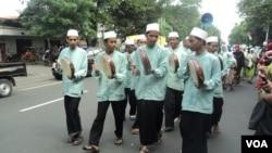 Pawai Festival Hadrah atau festival seni budaya bernuansa Timur Tengah di Solo, Jawa Tengah. (VOA/Yudha Satriawan)