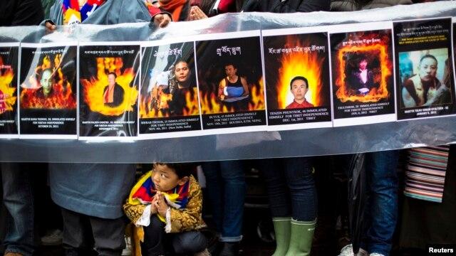 Tại Tây Tạng, hơn 130 người đã tự thiêu từ năm 2009 để phản đối chính sách mạnh tay của Trung Quốc và sự chà đạp các quyền về tôn giáo.