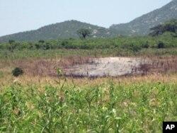 Terreno agrícola danificado, na aldeia de Mbalambi, em Benguela, devido a exercícios militares