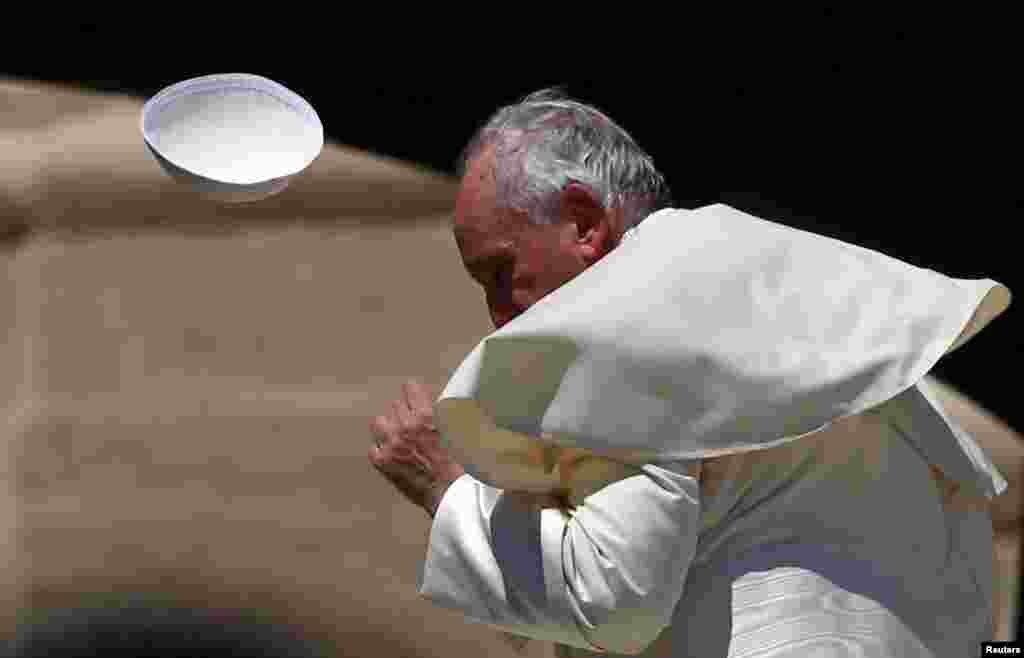 بادی که کلاه از سر پاپ فرانسیس رهبر کاتولیک های جهان برداشت.