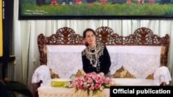 ဇန္န၀ါရီလ ဆန္းက ကခ်င္ျပည္နယ္ ခရီးစဥ္ သြားခဲ့တဲ့ ႏိုင္ငံေတာ္အတိုင္ပင္ခံပုဂၢိဳလ္ ေဒၚေအာင္ဆန္းစုၾကည္ (ဓါတ္ပံု- Myanmar State Counsellor office)