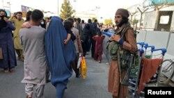 一名塔利班枪手在卡尔扎伊国际机场外执勤(路透社2021年8月16日)