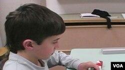Anak penderita autisme biasanya mengalami masalah sosial seperti sulit bergaul.