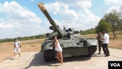 在一次坦克比赛活动中,莫斯科郊外展出的老式T-80U-E1型坦克。 (美国之音白桦拍摄)