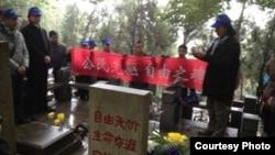 各地網友在林昭墓前憑吊(網友公民小彪推特圖片)