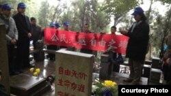 各地网友在林昭墓前凭吊(网友公民小彪推特图片)
