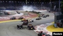 Hamilton de Gran Bretaña lidera el grupo durante el Gran Premio de F1 de Singapur.