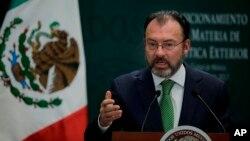 Respecto a la llamada de una hora que Peña Nieto y Trump sostuvieron, el gobierno mexicano reveló que se saludaron en inglés pero luego hablaron con traductores.