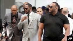 «آر کلی»، وسط، در دادگاه جنایی «لیتون» در شیکاگو به اتهام جدید آزار جنسی حاضر شد - ۶ ژوئن ۲۰۱۹