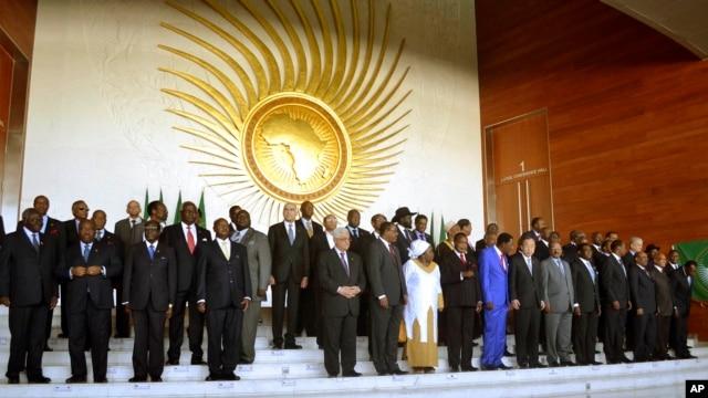 Para pemimpin dan kepala negara Afrika berpose seusai konferensi Uni Afrika di Addis Ababa, 27 Januari 2013. (AP Photo). Para wakil Uni Afrika, PBB dan Uni Eropa menggalang dana untuk mendukung intervensi militer di Mali (29/1).