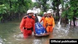 ေက်ာက္ႀကီးၿမိဳ႕နယ္မီးသတ္စခန္းမွ သေႏၶမီးသတ္တပ္ဖြဲ႕ဝင္မ်ားက ေရေဘးဒုကၡသည္မ်ားအတြက္ ကူညီေရးပစၥည္းမ်ား ယူေဆာင္လာစဥ္ (ဓါတ္ပံု- Myanmar Fire Services Department)