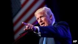 Ứng viên Tổng thống đảng Cộng Hòa ông Donald Trump phát biểu tại một cuộc mít tinh tại Trung tâm James L. Knight, ngày 16 tháng 09 năm 2016.