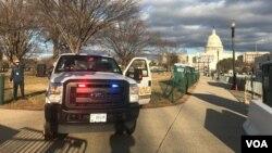 Polisi melakukan penjagaan keamanan di sekitar lokasi pelantikan di Capitol Hill, Washington DC.