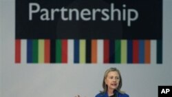 خانم هێلهری کلنتن وهزیری دهرهوهی ئهمهریکا له میانهی کۆنگرهی سـاڵانهی هاوبهشیکردنهی حکومهتی ئاواڵا له بهڕازیلیای پایتهختی بهڕازیل وتاری خۆی پـێشکهش دهکات، سێشهممه 17 ی چواری سـاڵی 2012
