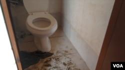 Casa de banho em escola de Luanda