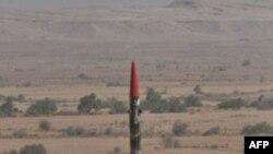 Pakistani bën prova me raketa që mund të pajisen me mbushje bërthamore