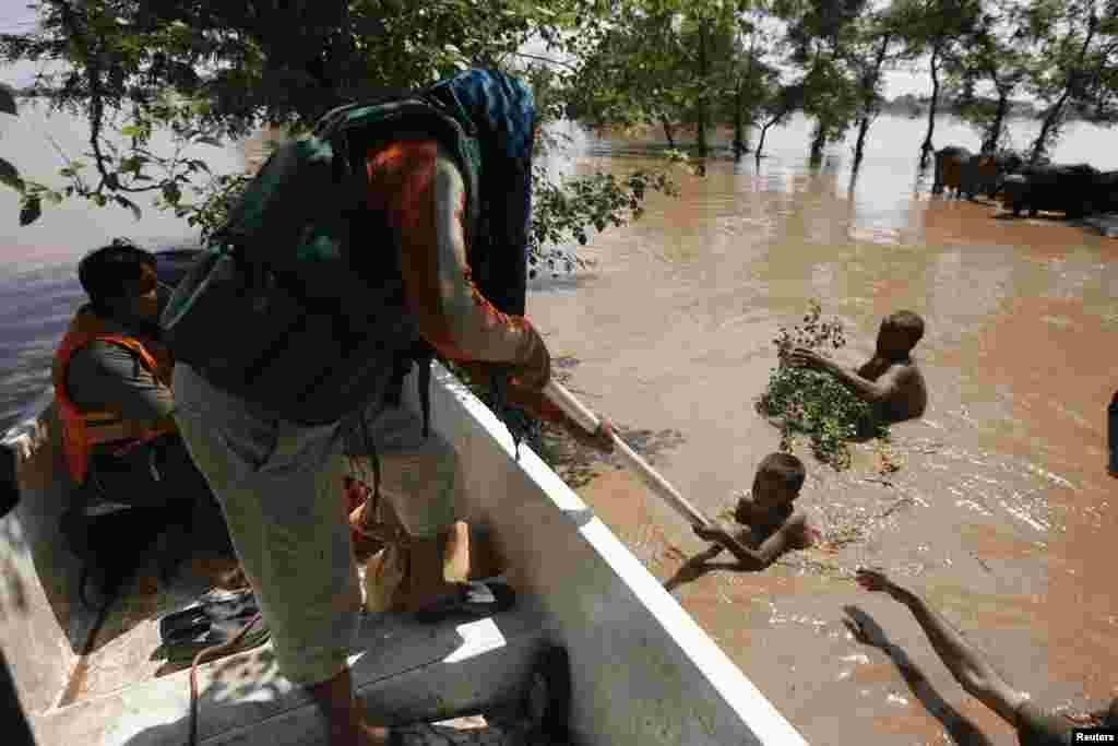 Nhân viên cứu hộ giúp nạn nhân lũ lụt lên thuyền tại Wazirabad, Gujranwala, ngày 7/9/2014.
